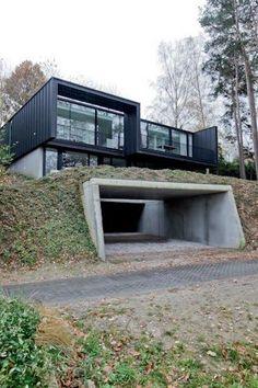 Garageneinfahrt und Haus im modern minimalistischen Architekturstil. Bed-and-Breakfast by CAAN Architecten - hier checken wir gerne mal ein. Optimale Nutzung der Hanglage mit Hügel.