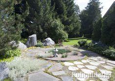 Kivi ja hiekka ovat hyvä pari puutarhan vihreydelle. Vain mielikuvitus on rajana kiviä latoessa! www.kotipuutarha.fi