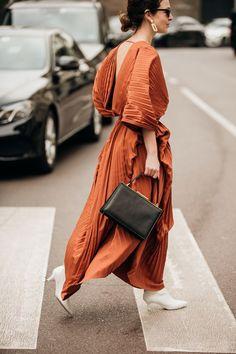 Street Style: looks and trends at Milan Fashion Week Fall Winter 2019 2020 - wedding dress ideas Milan Fashion Week Street Style, Milano Fashion Week, Street Style Summer, Cool Street Fashion, Street Mode, Street Chic, Smart Casual Fashion Women, Classy Fashion, Minimalist Fashion
