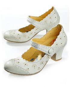 Adorable shoes for an adventure. Pump Shoes, Shoe Boots, Shoes Heels, Quirky Shoes, Vintage Style Shoes, Lolita Shoes, Bridesmaid Shoes, Mary Jane Pumps, Beautiful Shoes