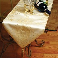 Violet Linen Prestige Damask Design x Table Runner - Prestige Runner 3201 Dining Room Table Runner, Lace Table Runners, Dining Table In Kitchen, Outdoor Tablecloth, Tablecloth Fabric, Damask Decor, Dressing Your Table, Vintage Table, Manualidades