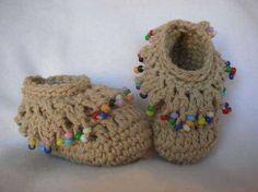 Crochet Baby Booties so cute crocheted booties Crochet Crafts, Crochet Yarn, Yarn Crafts, Crochet Projects, Love Crochet, Crochet For Kids, Crochet Mignon, Confection Au Crochet, Crochet Baby Booties