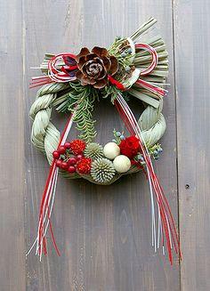 【しめ飾り】しめ飾りで当店一番人気のお正月飾り。プリザーブドの赤いバラでお正月を迎えるキュートなしめ飾り 自慢のしめ飾り。しめ飾り しめ縄  お正月飾り お正月リース  注連  ☆クラシックなしめ縄飾り☆紅白のちょっとキュートなしめ飾り しめ縄リース