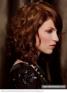 Versatile Medium Curly Hairstyles For Any Face And Any Age Shoulder Length Curly Hair Styles.love this colour and style. Mid Length Curly Hairstyles, Medium Curly Haircuts, Bangs With Medium Hair, Haircuts For Curly Hair, Curly Hair Cuts, Medium Hair Cuts, Medium Hair Styles, Curly Hair Styles, Cool Hairstyles