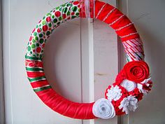 Fun holiday (Christmas and Halloween) wreath decoration ideas.