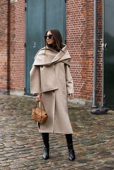 Как носить шарф с пальто осень-зима 2020 | Журнал Harper's Bazaar Copenhagen Street Style, Copenhagen Fashion Week, Spring Street Style, Street Style Women, Minimal Fashion, Timeless Fashion, Moda Minimal, Checkered Outfit, Mantel Outfit