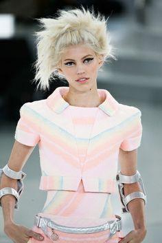 Las mujeres delgadas que todo les queda suelto encontrarán prendas aliadas para crear su mejor outfit. Se trata de camisetas, blusas o sacos que llegan más arriba de la cintura, y con faldas a la cintura o pantalones sueltos logran un look juvenil. http://www.liniofashion.com.co/linio_fashion/blusas-y-tops?utm_source=pinterest&utm_medium=socialmedia&utm_campaign=COL_pinterest___fashionzapatos_20140306_15&wt_sm=co.socialmedia.pinterest.COL_timeline_____fashion_20140306blusas.-.fashion