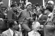 Un grupo de periodistas rodea a la actriz Ava Gardner en una corrida de #toros en #Sevilla. / EFE #fotografia #cine