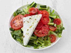 Tomaatti-fetasalaatti on hyvä alkuruoka tai kaveri grilliruoalle. Salaattiin sopivat myös valmiit juustokuutiot. Käytä niiden maukas öljy kastikkeeksi.
