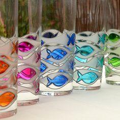 Sklenice RYBA Na čirou sklenici jsou použitím barev na sklo namalovány rybičky. Každá sklenice má svoji barvu (žlutá,oranžová,fialová,modrá,tyrkysová,zelená) doplněnou o matnou barvu. Výška 15 cm, průměr 7 cm. Mytí v myčce není vhodné. Běžné mytí malbě neublíží . Je možné kupovat po jednotlivých kusech.Uvedená cena je za 1 kus. Painted Glass Vases, Painted Mugs, Stained Glass Paint, Stained Glass Crafts, Bottle Painting, Bottle Art, Glass Painting Designs, Hand Painted Wine Glasses, Delphinium