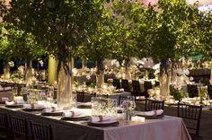 Las mesas largas combinan a la perfección con centros de mesa con altura.