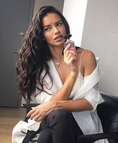 Adriana Lima on Eating Healthy While Traveling and Wearing Makeup at the Gym - Celebrities Female Adriana Lima Young, Adriana Lima Style, Adriana Lima Hair, Adriana Lima Makeup, Diva Fashion, Fashion Beauty, French Beauty Secrets, Victoria's Secret, Vs Models
