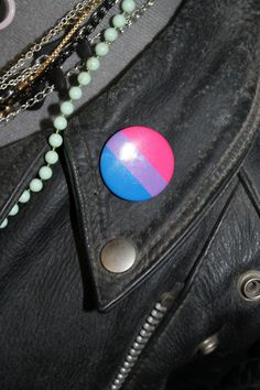 Simple bi pride flag badge!  This badge has a 32mm diameter, a pin back and a shiny finish. The colours are bright but the exact tone may vary