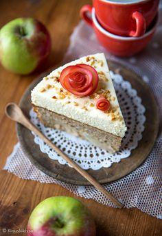 Mausteinen omenapiirakka yhdistettynä vaniljaan ja valkosuklaaseen — lopputulos on suussasulava