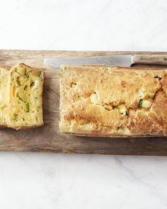 Creatief met restjes! Zoals bijvoorbeeld in deze heerlijke vegetarische hartige cake met geitenkaas en courgettes. Maar je kan eender welke restjes gebruiken...