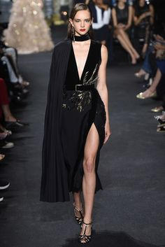 Elie Saab Fall 2016 Couture Fashion Show - Vogue Elie Saab Fall 2016 Couture: Interesting and dramatic black velvet sexy dress. The dress has a thigh high slit, deep v neckline, and pleated side cape detail. Elie Saab Couture, Style Haute Couture, Couture Mode, Mode Orange, Runway Fashion, High Fashion, Fashion Fashion, Trendy Fashion, Fashion Poses