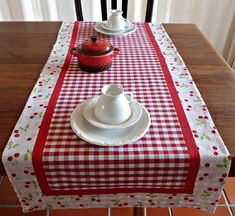 Patchwork Table Runner, Table Runner And Placemats, Diy Kitchen Storage, Home Decor Kitchen, Quilting Projects, Sewing Projects, Tablerunners, Table Toppers, Decoration Table
