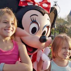 2 niñas posaron para una foto en Disney. Ahora mira lo que pasa con las manos de Minnie Mouse