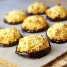 Chocolate Orange Macaroons - we've had two full weeks of new cookie recipes and we still have more new cookies to share! Here's a super easy macaroon recipe with the delicious flavor combination of chocolate orange. Easy Macaroons Recipe, Macaroon Recipes, Chocolate Orange, Coconut Chocolate, Chocolate Ganache, Chocolate Shavings, Cookie Recipes, Dessert Recipes, Dessert Food