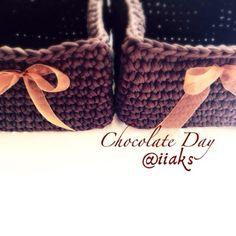 iHome: Квадратные корзинки из пряжи Spagetti Спагетти Chocolate Day, Espadrilles, Baby Shoes, Sandals, Crochet, Kids, Handmade, Espadrilles Outfit, Slide Sandals