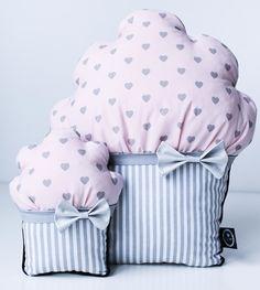 Przedmiotem  sprzedaży są słodkie  poduszki mufinki.  Jest to  zestaw dwóch  dekoracyjnych  poduszek w kształcie  mufinek, w  odcieniach szarości i bladego różu.  Komplet tych  cukierkowych  poduszek każdemu  wnętrzu doda  niezwykłego  charakteru. Idealne  do pokoju  dziecinnego. Wiele  m...