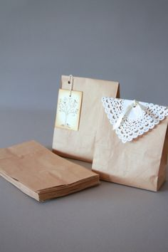 Kraft paper bags, neat and nice from atmospheremariages. Food Gift Baskets, Wedding Favors, Wedding Day, Jar Gifts, Planner Organization, Brown Paper, Cute Crafts, Gift Packaging, Diy Projects To Try