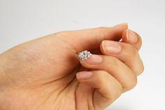 Os esmaltes estão ganhando cada vez mais espaço no mercado, mas você já pensou usar um pingente na sua unha?