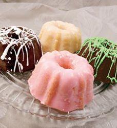 "Nothing ""bundt"" the best for mom mini bundt cakes Party Desserts, Mini Desserts, Delicious Desserts, Frosting Recipes, Cake Recipes, Dessert Recipes, Mini Tortillas, Bunt Cakes, Cupcake Cakes"
