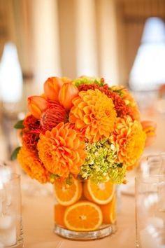 Vaso com laranjas e flores