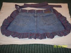 I die!!!!!!!!!!  I'm going thrifting and get me a pair of jeans and do this! Blue Jean Apron