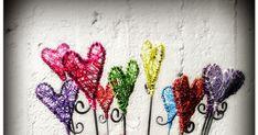 Trasselhjärtan, hjärta, trådslöjd, luffarslöjd, färgglatt, blompinnar, dekoration, inredning, interiör, halsband, smycken, färgad metalltråd,