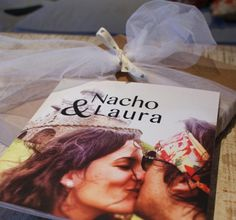¡Buen día! Estamos que no paramos y bien contentos. Hoy os mostramos un regalo de boda precisos para Nacho y Laura. Nos encanta la portada… ¡Muchas felicidades chicos, y gracias por todo!