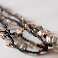 Traumhaft romantisches von mir von hand gehäkeltes Armband mit speziell fluoreszierenden Glasperlen. Das lange Band mit den Perlen wird mehrfach um...