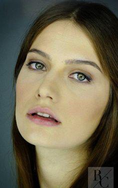 Gülcan Arslan, Turkish actress, b. Beautiful Celebrities, Beautiful Women, Tv Series On Netflix, Salmon Patties Recipe, Turkish Beauty, Dean Winchester, Hair Makeup, Culture, Actresses