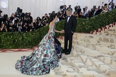 Met Gala 2018: todos os looks e novidades do Baile do Met #met #metgala #bailedomet #looks #lookdasfamosas First Monday In May, Metropolitan Museum, Hermes Birkin, New York, Wedding Dresses, Nova, Writing, Fashion, All About Fashion