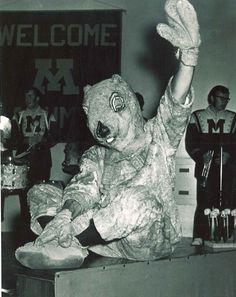 1970 Goldy waving at camera during Homecoming.