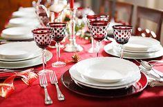 Decoração de mesa de Natal sofisticada. Taças criativas. Pratos brancos. Toalha vermelha.