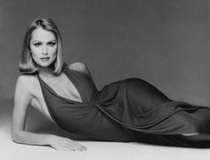 Lauren Hutton models the long, fluid lines of this sarong-wrapped halter dress by Halston. She poses lying on her side for photographer Francesco Scavullo. The image appeared in the September Vogue. Lauren Hutton, Claudia Schiffer, 70s Fashion, Fashion History, Fashion Models, Vintage Fashion, Vintage Style, Heidi Klum, Francesco Scavullo