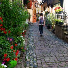 11 mooie dorpjes in de Elzas – valiezen House Colors, Travel Guide, Road Trip, Sidewalk, France, Vacation, Highlights, Houses, Pretty