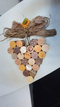 Riciclo creativo: cuore da appendere con tappi di sughero dipinti a mano, by Nella Valigia della Buru online shop, 8,30 € su misshobby.com