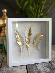 Make these gorgeous paper feathers from gold paper and with gold foil. Make these gorgeous paper feathers from gold paper and with gold foil. They are perfect for topping Gold Paper, Diy Paper, Paper Crafts, Feather Crafts, Feather Art, Feather Wreath, Crafts With Feathers, Art Diy, Diy Wall Art