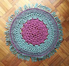 Alfombra tejida a crochet con trapillo. Diseño central de estrella calada. Patrón original de Susimiu.