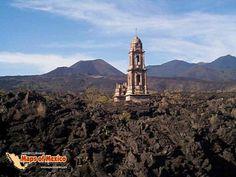 Volcan Paricutín (al fondo) y los restos de la iglesia del pueblo de San Juan Parangaricutiro, que quedo bajo la lava