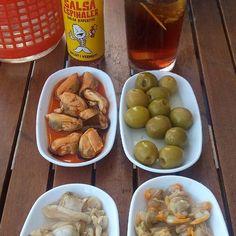 EL VERMUTILLO con selección de Espinaler de Vilassar de Mar. Aceitunas, mejillones en escabeche, berberecho y almeja con la famosa salsa y el vermut rojo reserva. Ñam ñam. La mejor entrada a la semana santa #vermu #vermouth #espinaler #almejas #berberechos #mejillones #olivas #aperitivotime #aperitivos #escopinyes Chefs, Salsa, Pretzel Bites, Lbd, Drinking, Spain, Fruit, Gourmet, Appetizers