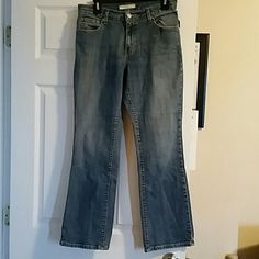 Womens Levi's jeans size 8 short Style 550 - relaxed boot cut Still in very good condition some light wear but no holes / stains  These are a short length Item# 441 Jeans Boot Cut