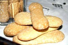 Sladké piškoty připravené v domácích podmínkách. Nadýchané těsto z našlehaných vaječným bílků, žloutků, hladké mouky a krupicového cukru, pomocí cukrářského sáčku bez špičky nastříkané na plech vyložený papírem na pečení, upečené v troubě dozlatova.