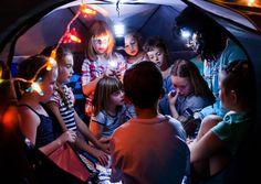 Mit der Nachtforscherin Lucy Electric entdecken Kinder das Arnulf Rainer Museum. Mit der Taschenlampe in der Hand.