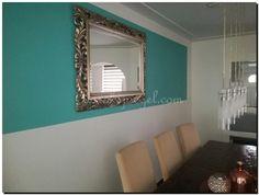 Mooie opengewerkte facet geslepen spiegel met een zilveren lijst boven de eettafel.    https://www.barokspieg el.com/engelse-spiegels/handgestoken-houten-barok-spiegel
