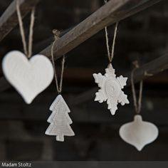 Die weißen Anhänger für den Christbaum gibt es in unterschiedlichen Formen. Dezent und dennoch detailreich und verspielt passen sie zu jeglichem …