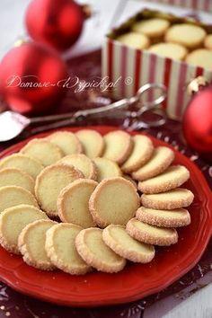 Kruche, maślane ciasteczka o delikatnie cytrynowej nucie. Mają okrągły kształt, a ich brzeg obtoczony jest w cukrze. Zaliczają się do... Cooking Cookies, No Bake Cookies, Cake Cookies, Cookie Recipes, Dessert Recipes, Sweet Little Things, Sweets Cake, Polish Recipes, Diy Cake